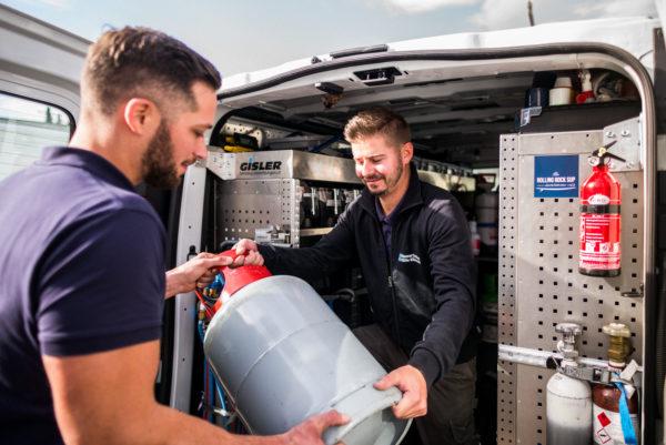 Servicemonteure unterstützen sich bei der Arbeit