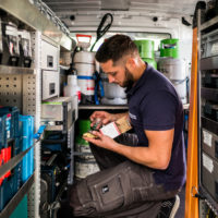 Monteur in seinem Servicefahrzeug
