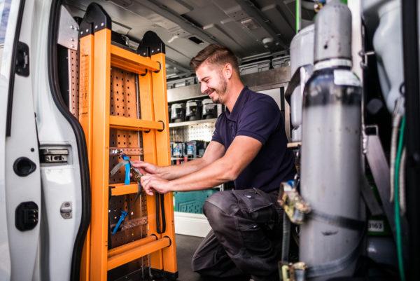 Vorbereitungsarbeiten im Servicefahrzeug