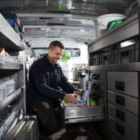 Foto: Mitarbeiter im Servicebus bei der Arbeit