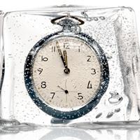 Foto: Uhr in schmelzendem Eisblock