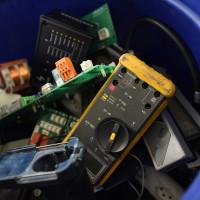 Foto: Elektroschrott in einer Tonne
