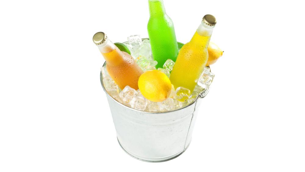 Foto: Eimer gefüllt mit Eiswürfeln und Getränken