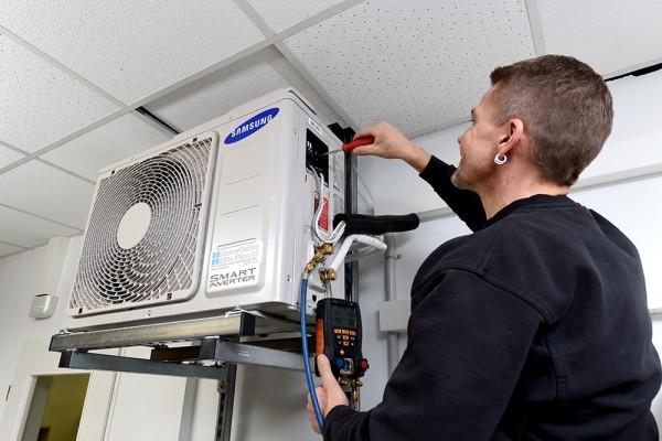 Foto: Inbetriebnahme einer Klimaanlage
