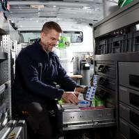 Foto: Monteur holt Material aus dem Servicewagen