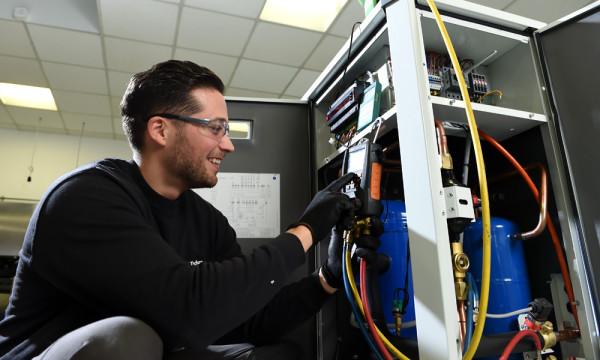 Foto: Service an einem Kühlgerät.