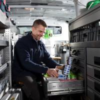 Foto: Monteur im Servicewagen