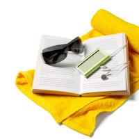 Foto: Buch, MP3-Player und Sonnenbrille auf gelbem Badetuch